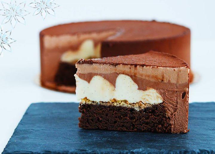 Друзья, привет! К пятнице у нас будет не просто торт, а роскошный, немыслимо вкусный торт «Три шоколада». Состав просто сногсшибательный! Вы только посмотрите на разрез! Основа - томный шоколадный бисквит, тончайший слой соленого штрейзеля, мусс из белого шоколада с тонкой ноткой натуральной ванили, молочный шоколад и завершающий штрих, черный 70% бельгийский шоколад.  Бронируйте, доставим!  http://www.cardamonclub.ru/#!cakes/c1sr3  Есть места на мк, даты: 02.07-зефир; 16.07-капкейки…