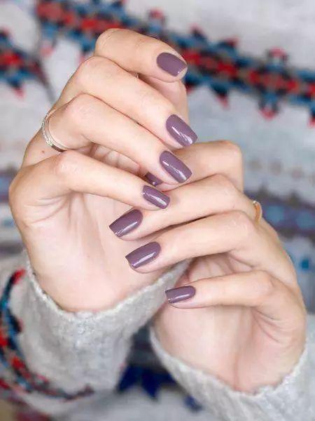 Un gris con tonalidades moradas es un color perfecto para esta temporada. #Nails #Uñas #Invierno