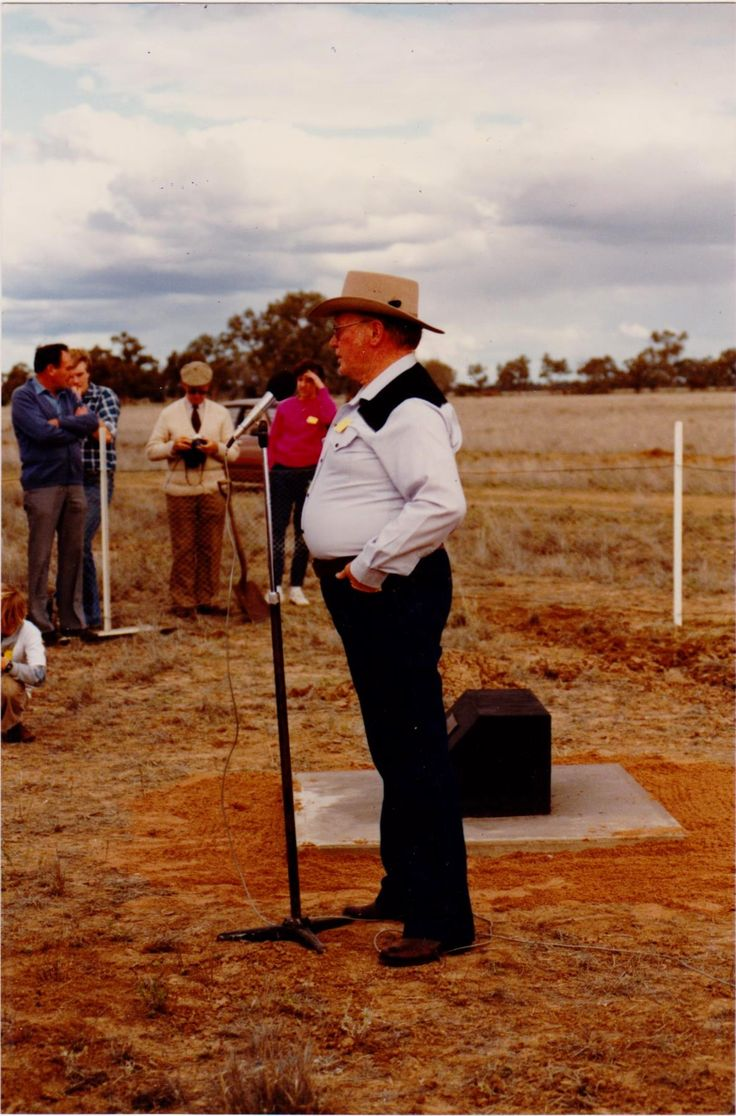 Stan Mathews ( descendant of Charlie Mathews)opening park to T.A. Mathews at 1985 reunion, Louth. NSW.