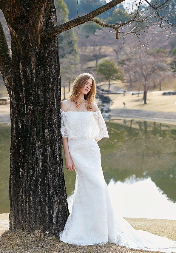 ウェディングドレスNo. DBW-111 –ヴィンテージライクなオフショルダーマーメイドドレス。「過ぎない」アレンジでシンプルに魅せる。