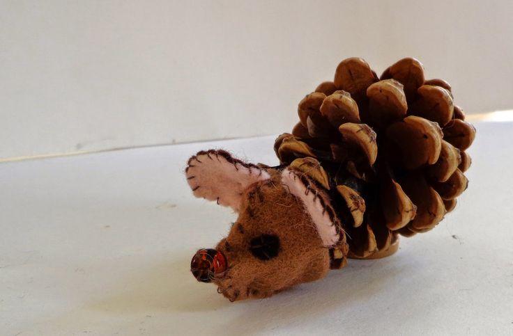 Een egel maken van een dennenappel