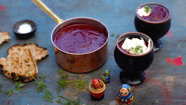 Den mest kjente russiske retten er nok rødbetsuppen, borsjtsj. Servert med rømme og et par skiver grovt rugbrød passer den både som forrett og hovedrett.