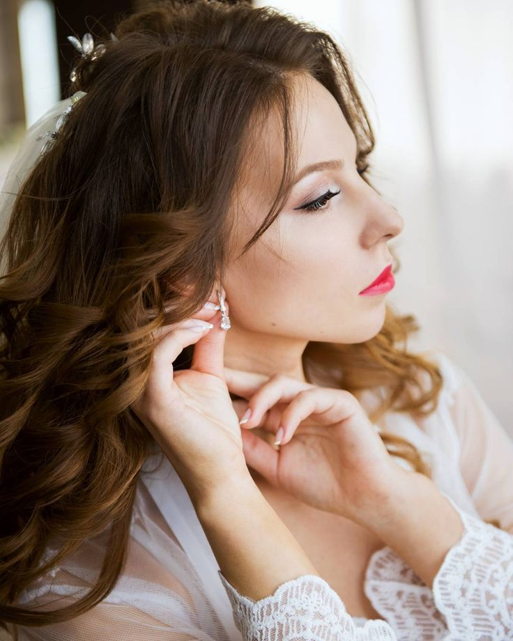 Сборы красавицы невесты Кати в @timestudio_nhk�� Make: @grishan_makeup Hair: @ev_bondarenko  #свадьба #свадебныйфотографнаходка #свадебнаяфотосессия #weddingdress #wedding #невеста #photographer #фотографнаходка #фотографвнаходке #сборыневесты http://gelinshop.com/ipost/1524332221749956389/?code=BUnhBRVFo8l