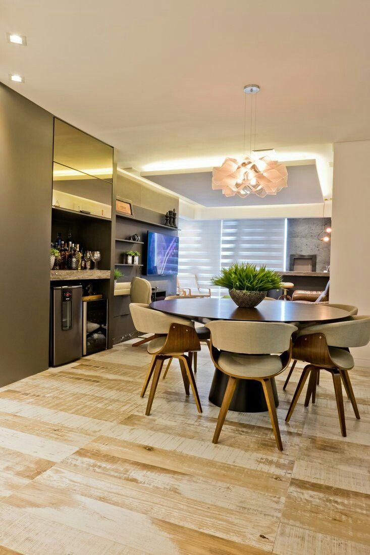 Sala de estar e jantar, piso porcelanato modelo Jacarandá da Portobello. Projeto: Bortoluzzi Arquitetura