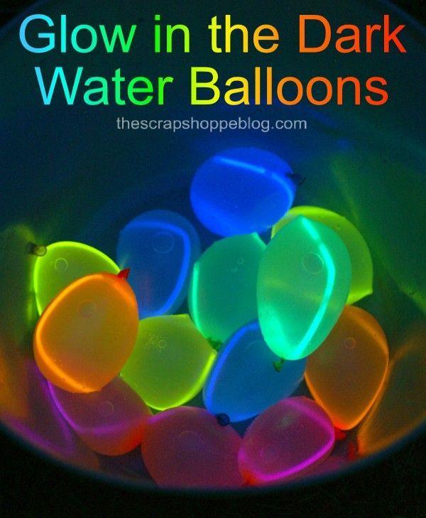 Glühen Sie in den dunklen Wasserballonen