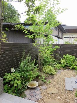 ガーデン施工事例 / 和風モダン、テラス デザイン、目隠し おしゃれ、オリジナルベンチ、庭 リフォーム More