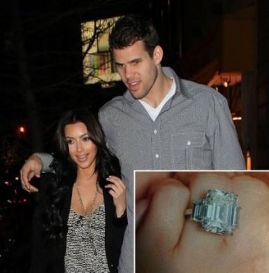 Kim col fidanzato Kris Humphries  Kim Kardashian ha ricevuto dal suo promesso sposo, Kris Humphries, giocatore dei New Jersey Nets, un anello di fidanzamento con un diamante da 20,5 carati e dal valore di 2 milioni di dollari