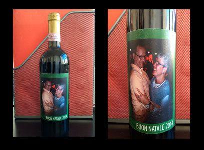 Fai un regalo speciale con una bottiglia di vino con etichetta personalizzata.