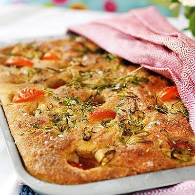 Fyllda bröd på plåt med tomater
