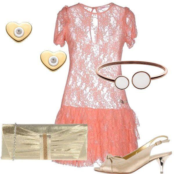 Un abito in pizzo, color salmone. Lo abbiniamo a delle scarpe in raso, una pochette color oro, un bracciale rigido e degli orecchini a forma di cuore.