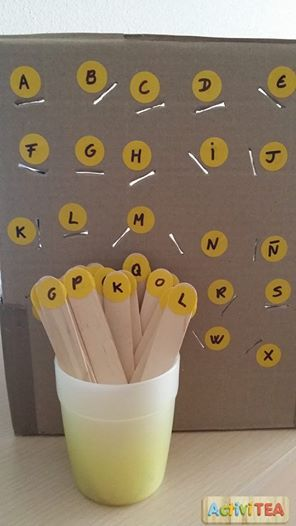 Emparejando letras con palitos de polo trabajamos la motricidad fina y aprendemos el abecedario