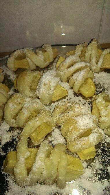 Involtini di mele Ingredienti: 2 mele grosse 1 rotolo di pasta sfoglia  Zucchero Zucchero a velo per decorare Procedimento: Pelare,tagliare le mele  a fette non troppo fine. Tagliate la pasta sfoglia a striscioline sottili. Avvolgere le fettine di mele con la pasta sfoglia, spolverare con zucchero e infornare a 180gradi per 10 minuti. Decorare con zucchero a velo. Servirle subito quando sobo ancora tiepide. Al posto delle mele si puó fare anche con l'ananas.