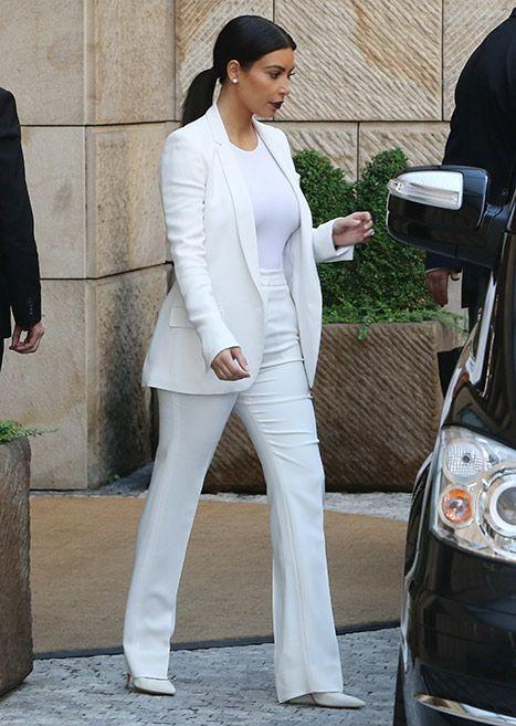 Roupa clássica e elegante, toda em branco para casamento civil ou noivado. Look clean para a noiva, com cabelo preso prático e de classe.