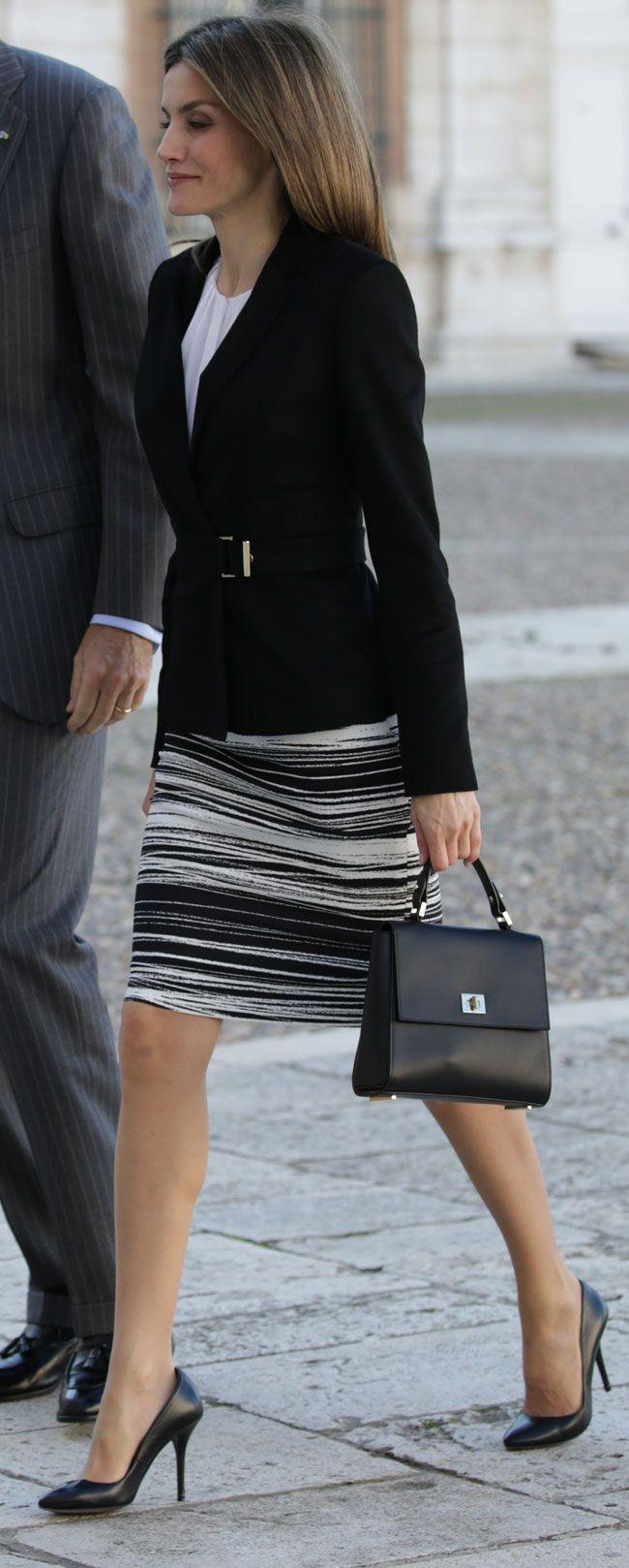 Complementos de la Reina,  bolso lady bespoke también de Hugo Boss. De zapatos, los salones básicos negros de Magrit.. 07.11.2016