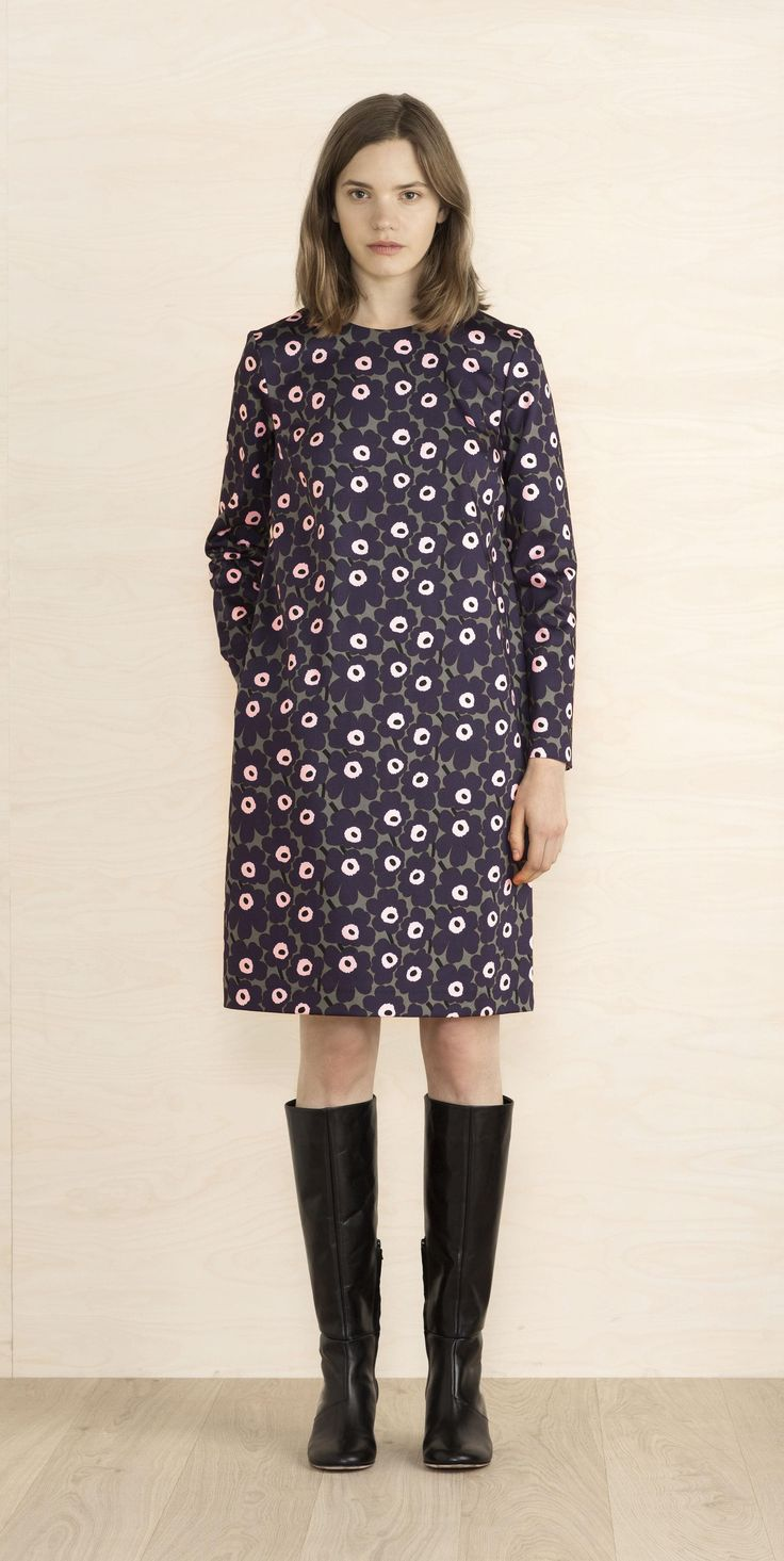 This Unikko print dress made of woven cotton has a straight cut silhouette to the above-knee hemline. It has a hidden back zip closure and there are side slit pockets.
