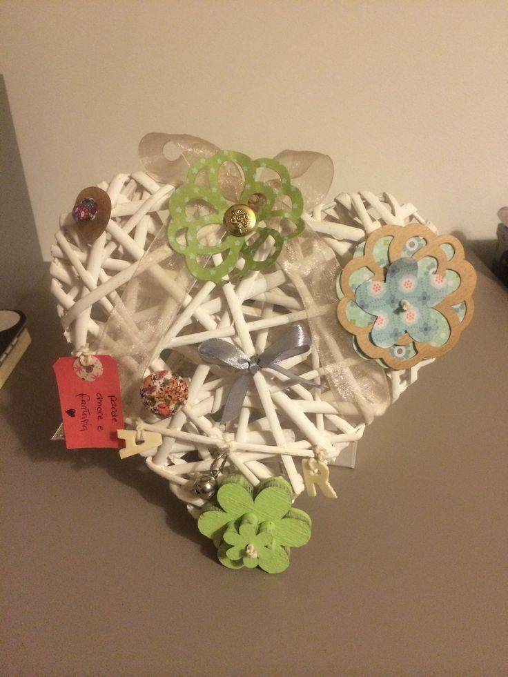 """""""Parole, Amore e Fantasia"""" - cuori di legno, base bianca, stile shabby, con materiali da riciclo."""