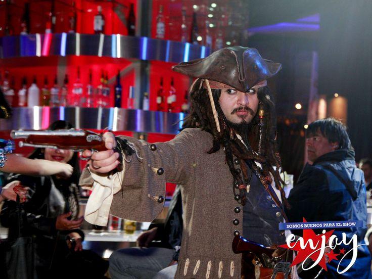 Jack Sparrow, el pirata más divertido y querido visitó Enjoy Santiago.