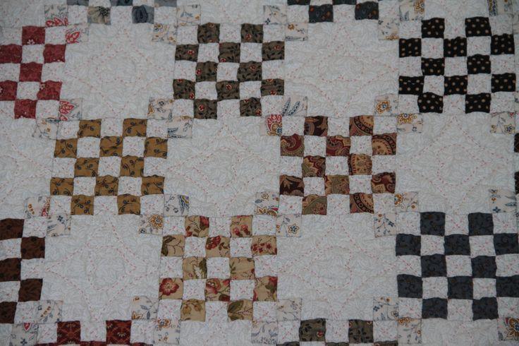 De Czecherboard quilt is klaar en ik ben er superblij mee! De quilt is ongeveer 1.25 x 1.25 meter geworden en ik moet nog bedenken of ik 'm ga ophangen of niet: het is er wel een mooie maat voor. H...