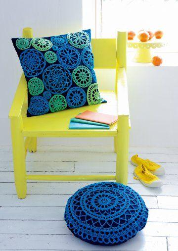 Coussins décorés de pois et rosaces en crochet vertes et bleues - MCI n°77