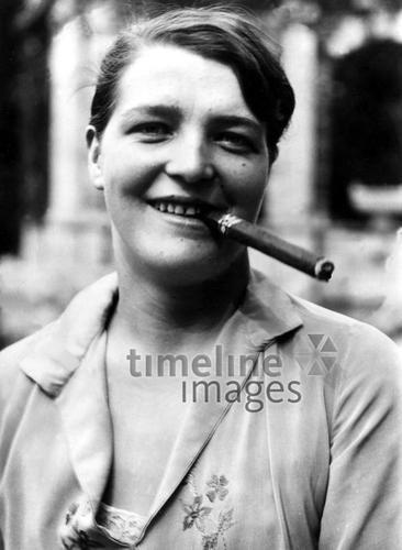 Porträt einer Zigarrenraucherin ullstein bild - ullstein bild/Timeline Images #Zigarette #cigarette #rauchen #smoking #Frau #black #white #photography #schwarz #weiß #Fotografie #historisch #historical #traditional #traditionell #retro #nostalgic #Nostalgie #Zigarre #Portrait #20er #20s #Emanzipation #emanzipiert