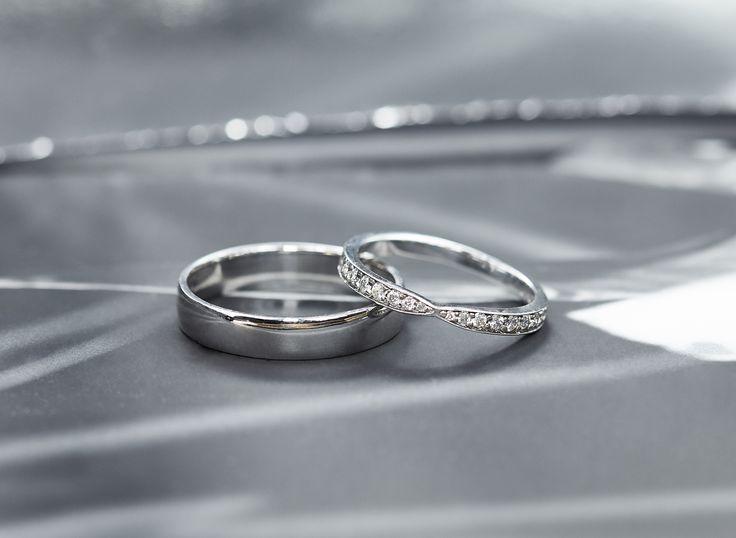 Snubní prsten pro ni posetý mnoha diamanty a zcela jednoduchý pro něj. #klenotacz #klenota #zlatnictvipraha #sperkarstvipraha #klenotnictvipraha #sperky #jewellery #jewelry #jewelrymaking #jewelrydesign #klenoty #luxury #luxuryjewels #luxus #luxusni #moda #czechrepublic #prsten #prstynek #ring #weddingring #svatebni #snubniprsten #snubni #svatba #wedding #diamonds #diamanty  #diamant #whitegold  #bilezlato