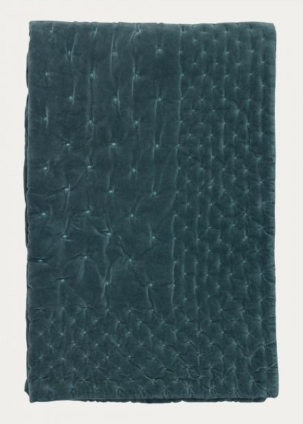 Bedspread in bright grey turquoise. Create a luxurious feeling in the bedroom with Paolo bedspread. Paolo bedspread is just as beautiful as practical. Size:270X260cm. Country of origin: India.