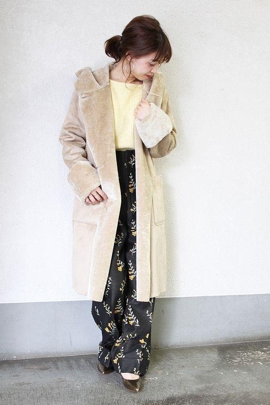 ◆《予約》フェイクムートンフードコート  昨年もご好評頂いていたフェイクムートンのフードコート。 今シーズンはより軽くて柔らかい素材を別注し、着心地にこだわりました。 軽くて暖かく真冬まで大活躍の一枚です。 今シーズン気になるフラワー柄のパンツをあわせてトレンド感をプラスしました。