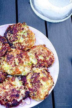 LCHF LÅGKALORI RÅRAKOR RÅRAKA RECEPT: 1 blomkål/huvud 2 ägg 1 purjolök (vita) 150g smakrik riven ost ¾ msk fiberhusk salt, peppar... Riv blomkål grovt/rivjärn/matberedare. Strimla lök. Rör ihop med övrigt. Låt stå ett tag. Stek i smör eller kokosolja utan smak tills biffar fått fin färg!