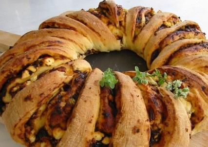 Γεμιστό ψωμί με μαρμελάδα λιαστής τομάτας και κατσικίσιο τυρί