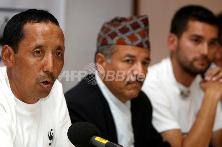 ネパール・カトマンズ(Kathmandu)で記者会見を開く、同国のDeepak Bohora森林土壌保存相(中央)ら(2009年11月2日撮影)。(c)AFP/Prakash MATHEMA ▼3Nov2009AFP ネパール、「エベレスト閣議」実施へ 気候変動問題アピール http://www.afpbb.com/articles/-/2659170 #Nepal #Kathmandu #Deepak_Bohora