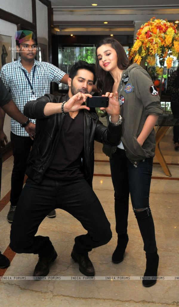 324142-varun-and-alia-get-a-selfie-at-the-promotion-of-humpty-sharma-k.jpg (600×1029)