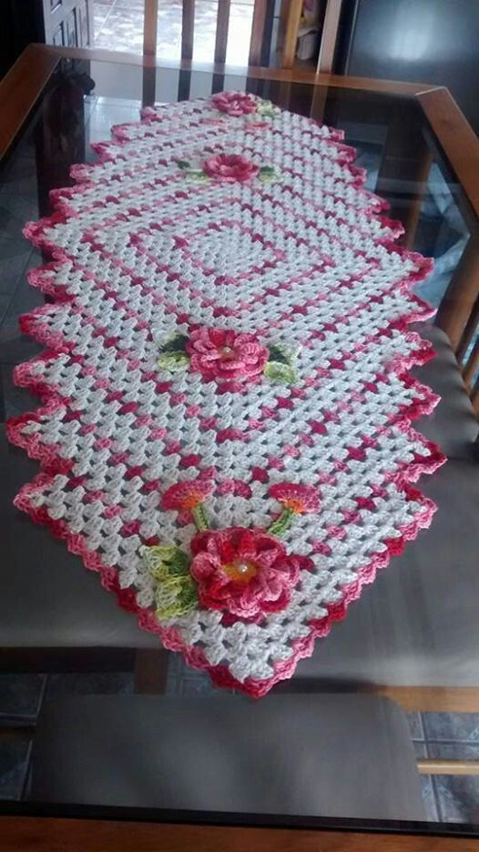 "Lindo No instructions.  Reference photo only.  Use ""Drop in the Pond"" blanket pattern to adapt to table runner."