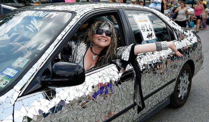Cè di tutto: dalle bici ai go-cart fino al monociclo e naturalmente alle auto. Houston ha festeggiato la ventiseiesima edizione della parata di auto modificate, con una sfilata straordinaria nelle vie della città. La manifestazione ha dato la possibilità agli appassionati, di a