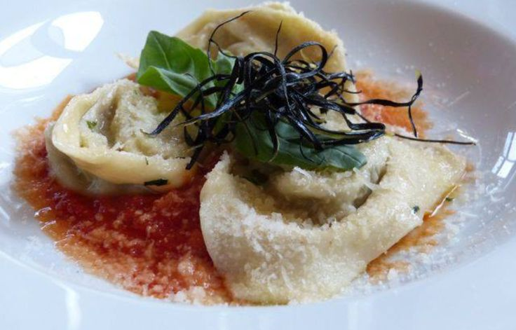 Ravioloni con melanzane e bufala su coulis di pomodoro La Cucina Italiana