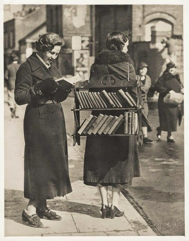 Walking library, London, 1930s (VSW Soibelman Syndicate News Agency Archive)