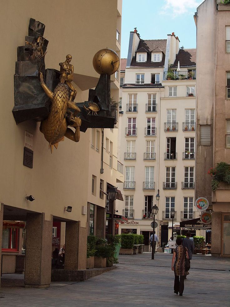 Le Défenseur du temps (1979) Horloge automate de Jacques Monestier. 8, rue Bernard-de-Clairvaux Paris 75003. Le quartier de l'Horloge doit son nom à cette oeuvre.
