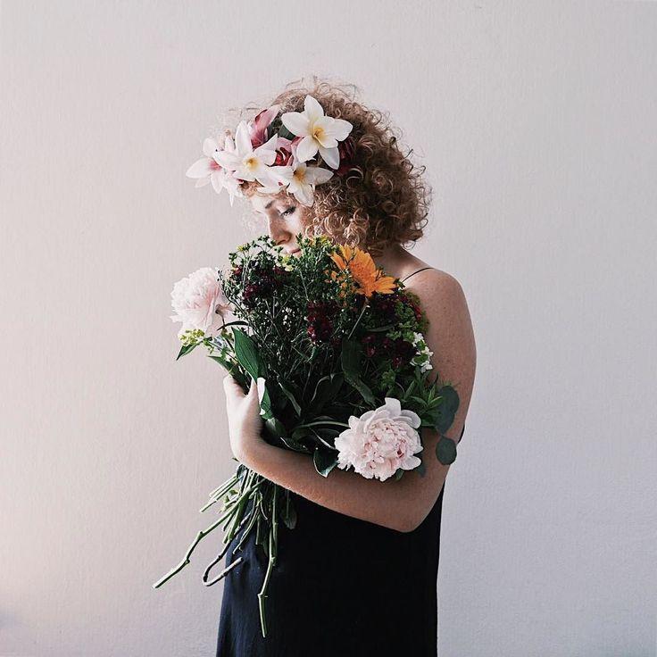 Ja też czasem czuję potrzebę zmian - tym razem padło na profilowe   Pięknego dnia!  ________ #underfloralspell #flowerpop #flowergram #flowerpower #flowerlovers #flower_daily #tv_living #tv_flowers #tv_lifestyle #tv_living_nm2 #selfportrait #secesja #kwiaty #kwiatysapiekne #bukiet #bukietkwiatów #wianek #wianki