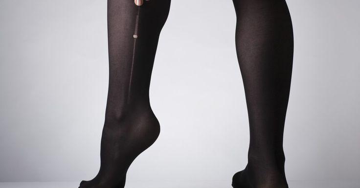 Cómo crear un taparrabo . Un taparrabo es una prenda que se usa para sostener los genitales masculinos cerca del cuerpo, acunándolos entre las piernas para crear un frente suave. Aunque los taparrabos pueden comprarse y simplemente puedes usar un par de pantaletas muy apretadas o medias apretadas en la parte arriba, es fácil crear un taparrabo casero rápido.