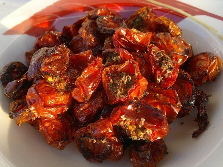 Na plech naskládej rajčátka příčně rozříznutá, osol, přidej zbytek bylinek a vlož do vyhřáté trouby na 180°C.Teď pokud chceš impozantní výsledek,...