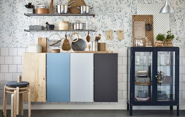 Hold orden på kjøkkenet ved å male skap innvendig og utvendig i ulike farger for hver beboer. Bruk GRUNDTAL hylleplater og FABRIKÖR vitrineskap til felles kjøkkenutstyr.