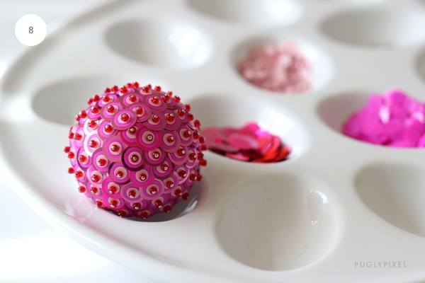 Palline di polistirolo decorate con paiettes di varie forme e dimensioni. Progetto lungo...../ Sequined balls. Update on an old idea.