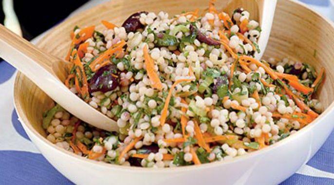 """Le mot ptitim """"petis flocons"""" en hébreu. Ces pâtes ont été inventées en Israël. Cette salade délicieuse est assaisonnée de citron et de beaucoup d'herbes fraiches."""