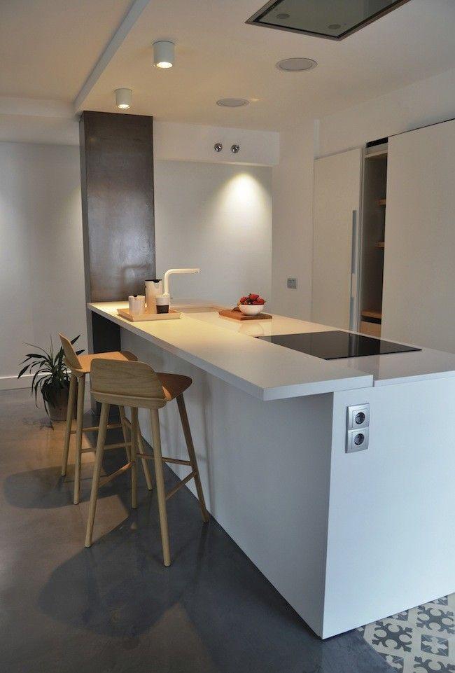 SANTOS kitchen | Cocina con isla modelo Line-E. Suelo de baldosa hidráulica Mosaista #cocinasblancas