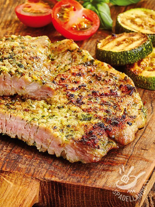 Bistecchine di maiale gratinate alle erbette: un secondo di carne veramente appetitoso, utilissimo quando vogliamo variare il consueto menu settimanale.