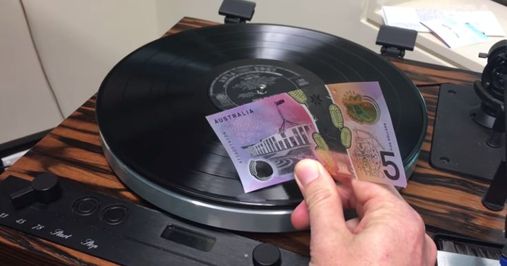 Australia's new $5 bill is so high-tech it can play a vinyl record - http://howto.hifow.com/australias-new-5-bill-is-so-high-tech-it-can-play-a-vinyl-record/