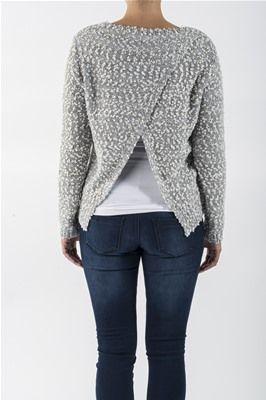 Strikket genser med metallisk tråd. Delvis åpen rygg. Kan brukes over en bluse med blonder på ryggen. Sølv, størrelse Medium.