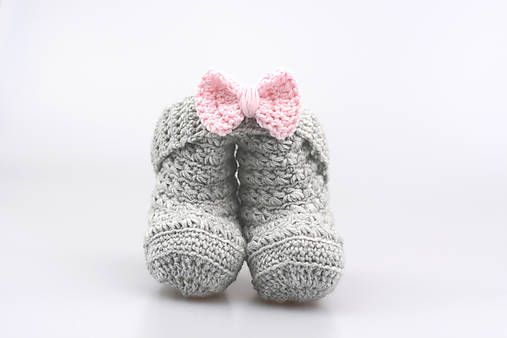 Čelenka a čižmičky pre bábätko sú ručne háčkované z prírodného materiálu - z kvalitnej nórskej extra jemnej šedej a bledoružovej 100% merino vlny vhodnej pre citlivú detskú pokožku...