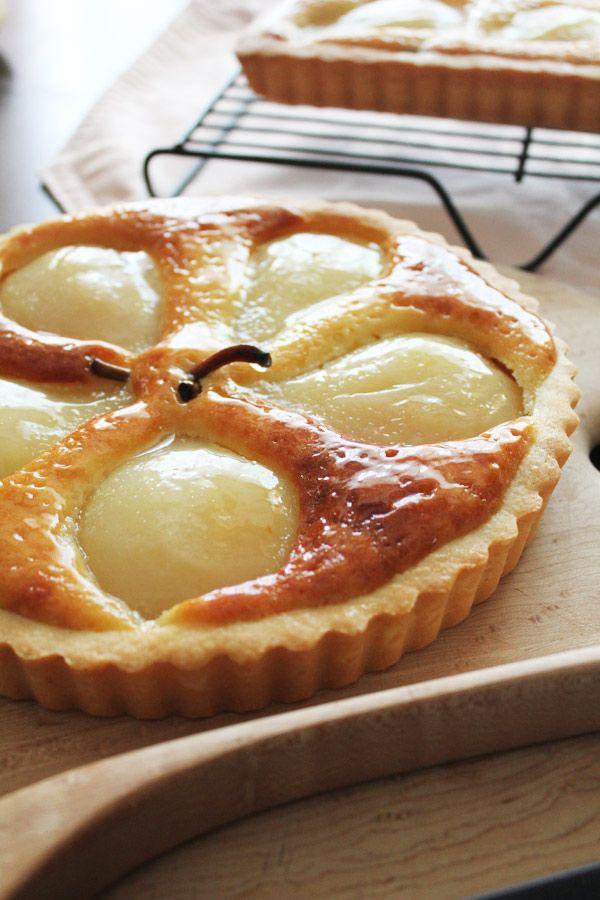 洋梨のタルト| |お菓子:ケーキ|フランス菓子レシピ |フランス料理 ... ふっくら柔らかな洋梨を、香り豊かな洋梨のリキュールに漬け込み美味しく仕上げました。 とても簡単なので、是非ご家庭でお楽しみください♪. 簡単レシピ