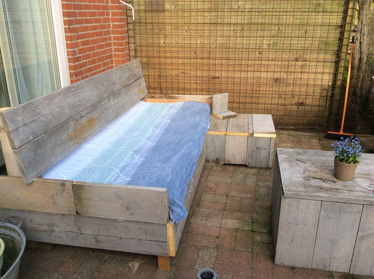 Zelfgemaakte bank van een oud ikea bed en wat oud steigerhout..