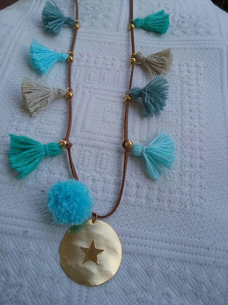 Collar placa estrella y borlones en tonos azules con pompom turquesa